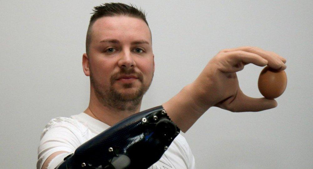 1018755329 - Crean las primeras manos biónicas controladas por la mente