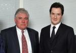 McWilliams (izquierda) y el Ministro de Economía británico George Osborne (derecha)