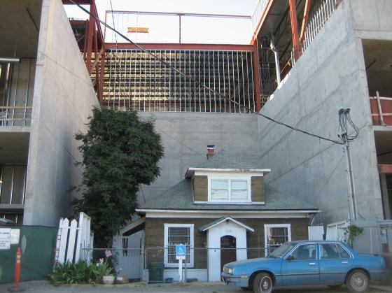 Casa de Edith Macefield mientras construían el Centro Comercial
