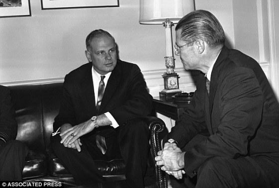 Paul Hellyer y el secretario de defensa de eeuu, Robert McnNamara en 1963