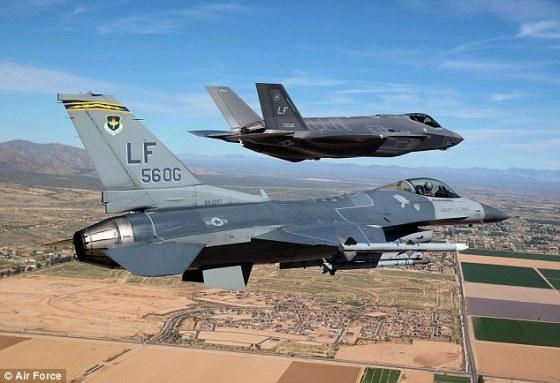 En primer plano, un F-16. En segundo plano, un F-35