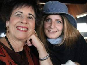 Brenda Laster (izquierda)