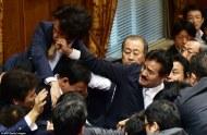 MUY SIGNIFICATIVO: EL DEBATE EN EL PARLAMENTO JAPONÉS SOBRE EL ABANDONO DEL PACIFISMO PROVOCA UNA PELEA APUÑETAZOS