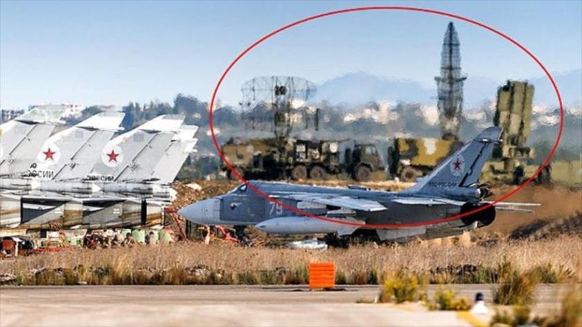 Técnicos de la Fuerza Aérea de Rusia chequean un avión de combate ruso Sujoi Su-34 en la base aérea Hmeimim en la provincia siria de Latakia. 3 de octubre de 2015