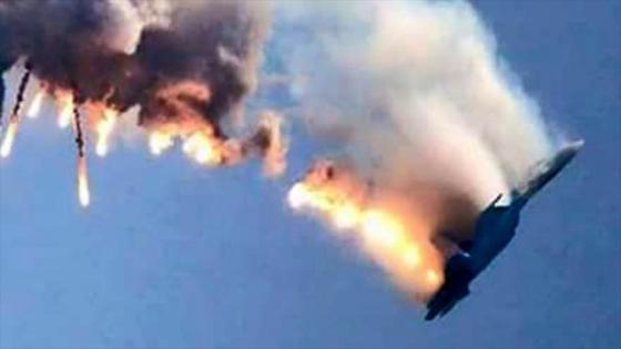 Imagen captada de un vídeo difundido el 24 de noviembre de 2015 que muestra al supuesto avión militar ruso Sujoi Su-24 tras ser atacado por un caza F-16 del Ejército turco.