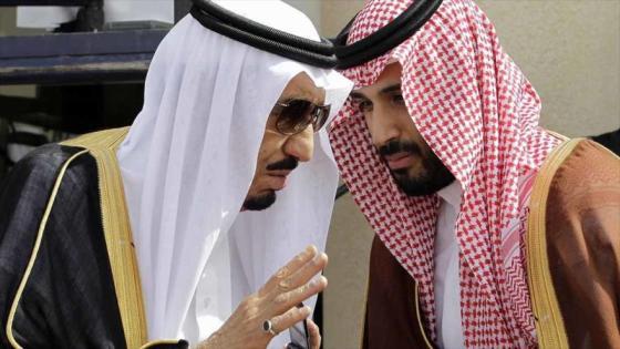 El rey saudí, Salman bin Abdulaziz (izda.), junto a su hijo y el príncipe adjunto, Mohamad bin Salman, quien dirige prácticamente el país por la enfermedad de su padre.