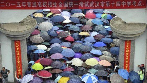 Estudiantes se conglomeran en la entrada de una universidad en la ciudad de Wuhan, en el centro de China.