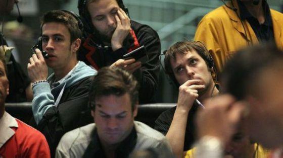 Los corredores de bolsa deben tomar decisiones a una velocidad muy rápida para poder obtener ganancias.