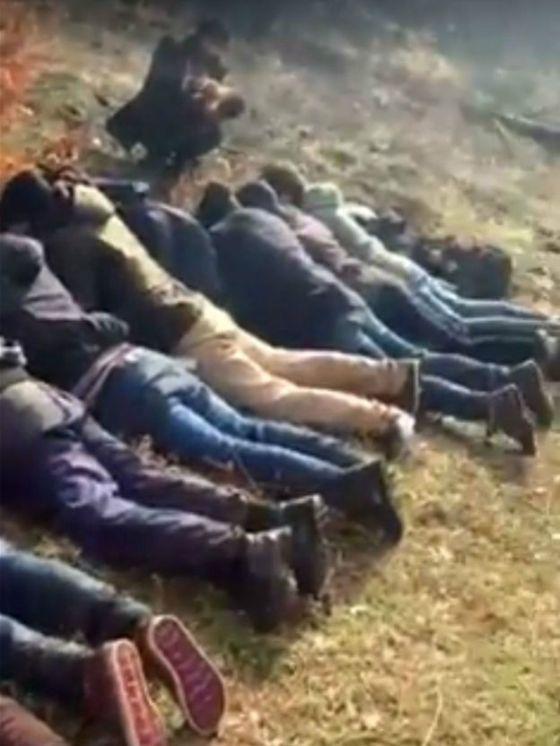 Esta imagen es parte de un video grabado por un acompañante de Valev y muestra a un grupo de migrantes sirios reducidos por el búlgaro.