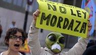 """ESPAÑA """"DEMOCRÁTICA"""": MULTAN A UNA JOVEN POR LLEVAR UN BOLSO CON LA CARA DE UNGATO"""