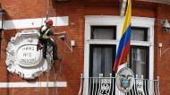 UN DESCONOCIDO ESCALA LA FACHADA DE LA EMBAJADA DE ECUADOR EN LONDRES, DONDE SE REFUGIAASSANGE