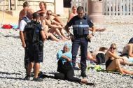 POLICÍA FRANCESA OBLIGA A MUJER MUSULMANA A QUITARSE EL BURKINI EN LAPLAYA