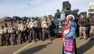 POLICIA DESALOJA POR LA FUERZA A ACTIVISTAS QUE PROTESTAN CONTRA OLEODUCTO EN DAKOTA DELNORTE
