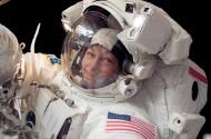ASTRONAUTAS DE LA NASA PIERDEN PARTE DE LA ESTACIÓN ESPACIAL INTERNACIONAL EN ELESPACIO