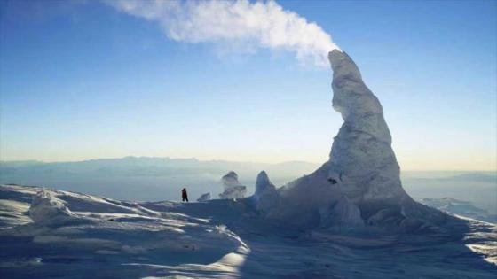 Científicos descubren 91 volcanes bajo el hielo de la Antártida F-410